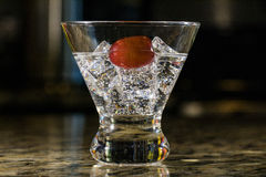 Λαμπιρίζοντας ποτό στον πάγο με τα φρούτα Στοκ Εικόνες