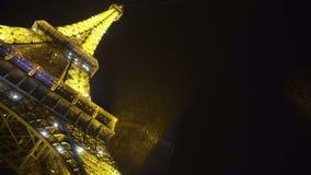 Λαμπιρίζοντας πύργος του Άιφελ που αυξάνεται στο σκοτεινό νυχτερινό ουρανό, ρομαντικό σύμβολο της Γαλλίας απόθεμα βίντεο