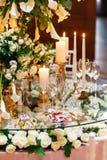 Λαμπιρίζοντας στάσεις γυαλικών στον πίνακα που προετοιμάζεται για τον κομψό γάμο Στοκ εικόνα με δικαίωμα ελεύθερης χρήσης