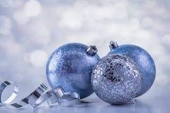 Λαμπιρίζοντας σφαίρες Χριστουγέννων με το παραμύθι Στοκ φωτογραφία με δικαίωμα ελεύθερης χρήσης