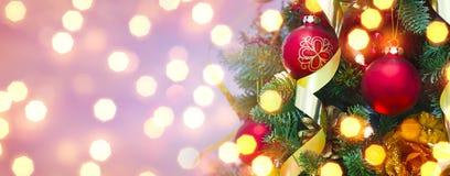 Λαμπιρίζοντας υπόβαθρο Χριστουγέννων και διακοσμημένο δέντρο έλατου με το διάστημα αντιγράφων Στοκ Εικόνες