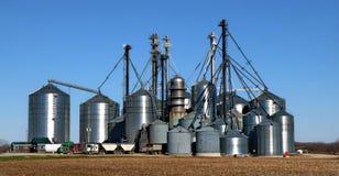 Λαμπρά αγροτικά σιλό μετάλλων για την αποθήκευση της τροφής ή του σπόρου στοκ εικόνες