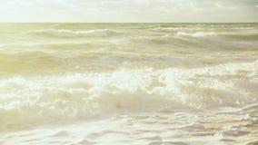 Λαμπρά αναμμένη θυελλώδης ακτή απόθεμα βίντεο