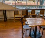 Λαμπρά αναμμένη περιοχή μελέτης με τα μεγάλα παράθυρα Στοκ εικόνα με δικαίωμα ελεύθερης χρήσης