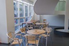 Λαμπρά αναμμένη περιοχή μελέτης με τα μεγάλα παράθυρα Στοκ Εικόνες