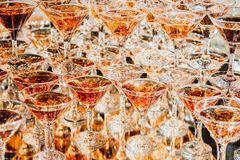 Λαμπρά γυαλιά CHAMPAGNE που στέκονται στον πύργο στο κόμμα στοκ φωτογραφίες