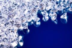 Λαμπρά διαμάντια σε ένα μπλε υπόβαθρο στοκ φωτογραφία με δικαίωμα ελεύθερης χρήσης