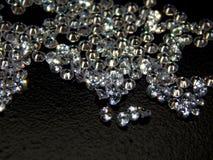 Λαμπρά διαμάντια σε μια μαύρη κινηματογράφηση σε πρώτο πλάνο υποβάθρου Στοκ Εικόνα