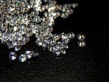 Λαμπρά διαμάντια σε μια μαύρη κινηματογράφηση σε πρώτο πλάνο υποβάθρου Στοκ εικόνες με δικαίωμα ελεύθερης χρήσης