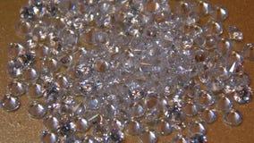 Λαμπρά διαμάντια στο φως σε μια χρυσή κινηματογράφηση σε πρώτο πλάνο υποβάθρου φιλμ μικρού μήκους