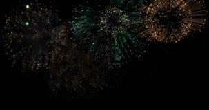 Λαμπρά ζωηρόχρωμα πυροτεχνήματα για τα γεγονότα στο σκοτεινό υπόβαθρο απόθεμα βίντεο