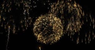 Λαμπρά ζωηρόχρωμα πυροτεχνήματα για τον εορτασμό γεγονότων στο Μαύρο απόθεμα βίντεο