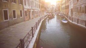 Λαμπρά ηλιοφώτιστη οδός της Βενετίας, φέρνοντας τουρίστες γονδολών, ρομαντικές διακοπές απόθεμα βίντεο