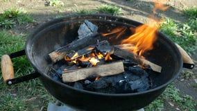 Λαμπρά καίγοντας καυσόξυλο και άνθρακας στη φωτιά Φλόγες που καίνε στη σχάρα ή τη σχάρα μετάλλων απόθεμα βίντεο