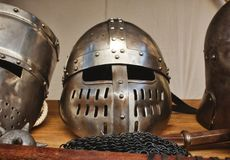 Λαμπρά κράνη μετάλλων των μεσαιωνικών ιπποτών με τα παραδοσιακά όπλα σε ένα φεστιβάλ θέματος Μεσαίωνα Στοκ Εικόνες