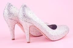 Λαμπρά υψηλά παπούτσια τακουνιών με τα rhinestones Στοκ Φωτογραφίες
