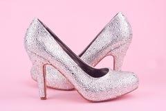 Λαμπρά υψηλά παπούτσια τακουνιών με τα rhinestones Στοκ Εικόνες