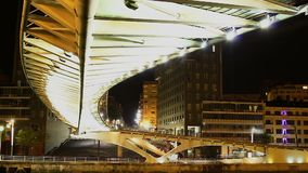 Λαμπρά φωτισμένη κατασκευή της διάσημης γέφυρας για πεζούς στην Ισπανία, χρόνος-σφάλμα απόθεμα βίντεο