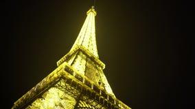 Λαμπρά φωτισμένος γύρος του Άιφελ στο κλίμα νυχτερινού ουρανού, ρομαντικό σύμβολο φιλμ μικρού μήκους