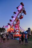 """Λαμπρά φωτισμένος γύρος """"φερμουάρ """"στο καλοκαίρι καρναβάλι, που φωτογραφίζεται τη νύχτα στοκ φωτογραφία"""