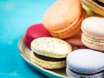 Λαμπρά χρωματισμένα γαλλικά macarons Στοκ φωτογραφία με δικαίωμα ελεύθερης χρήσης