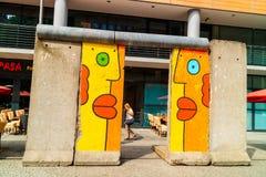 Λαμπρά χρωματισμένα γκράφιτι σε ένα τμήμα του αρχικού τείχους του Βερολίνου Στοκ φωτογραφία με δικαίωμα ελεύθερης χρήσης