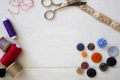 Λαμπρά χρωματισμένα κουμπιά και ράβοντας βαμβάκι Στοκ εικόνες με δικαίωμα ελεύθερης χρήσης