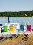 Λαμπρά χρωματισμένες έδρες γεφυρών στη λίμνη της Γενεύης Στοκ Εικόνα