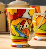 Λαμπρά χρωματισμένες κούπες καφέ Στοκ φωτογραφία με δικαίωμα ελεύθερης χρήσης