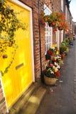 Λαμπρά χρωματισμένη πόρτα στο αρκετά αγγλικό floral χωριό Croston Στοκ φωτογραφία με δικαίωμα ελεύθερης χρήσης
