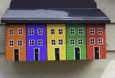 Λαμπρά χρωματισμένη ταχυδρομική θυρίδα Στοκ εικόνα με δικαίωμα ελεύθερης χρήσης