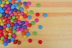 Λαμπρές ζαχαρωμένες στρογγυλές καραμέλες σοκολάτας στοκ εικόνα με δικαίωμα ελεύθερης χρήσης
