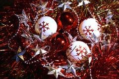 Λαμπρές νέες σφαίρες διακοσμήσεων έτους και Χριστουγέννων, tinsel και αστέρια Στοκ Φωτογραφίες