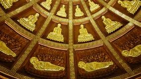 Λαμπρές σκιαγραφίες ανακούφισης μετάλλων του χρυσού του Βούδα πιθανώς - στον οφθαλμό Στοκ φωτογραφία με δικαίωμα ελεύθερης χρήσης