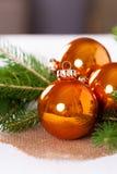Λαμπρές φωτεινές χρωματισμένες χαλκός σφαίρες Χριστουγέννων Στοκ εικόνες με δικαίωμα ελεύθερης χρήσης