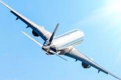 Λαμπρή άτρακτος αεροπλάνων επιβατών και αναρρίχηση της πτήσης Στοκ φωτογραφία με δικαίωμα ελεύθερης χρήσης