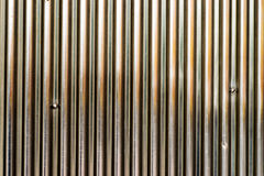 Λαμπρή επιφάνεια μετάλλων με τις κάθετες γραμμές, με τις γρατσουνιές Στοκ φωτογραφίες με δικαίωμα ελεύθερης χρήσης
