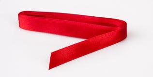 Λαμπρή κόκκινη κορδέλλα στο λευκό Στοκ εικόνες με δικαίωμα ελεύθερης χρήσης