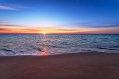 Λαμπρή ωκεάνια ανατολή παραλιών Στοκ φωτογραφίες με δικαίωμα ελεύθερης χρήσης