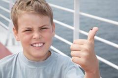Λαμπρίτσα στο μεγάλο δάχτυλο μικρών παιδιών Στοκ Φωτογραφίες