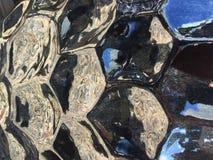Λαμπρός, αντανακλαστική μαύρη κεραμική λεπτομέρεια αγγειοπλαστικής κήπων Στοκ εικόνα με δικαίωμα ελεύθερης χρήσης