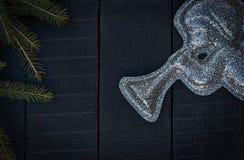 Λαμπρός αριθμός ενός αγγέλου με μια σάλπιγγα σε ένα μαύρο ξύλινο BA Στοκ εικόνα με δικαίωμα ελεύθερης χρήσης