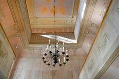 Λαμπρός παλαιός εκλεκτής ποιότητας παλαιός όμορφος κλασσικός ακριβός πολυέλαιος γυαλιού κρυστάλλου πολυτέλειας παλατιών όμορφος στοκ εικόνα με δικαίωμα ελεύθερης χρήσης