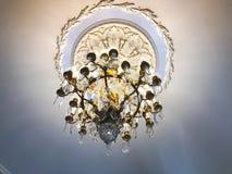 Λαμπρός παλαιός εκλεκτής ποιότητας παλαιός όμορφος κλασσικός ακριβός πολυέλαιος γυαλιού κρυστάλλου πολυτέλειας παλατιών όμορφος στοκ εικόνα