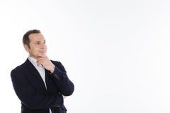 Λαμπρός συναισθηματικός κύριος που εξετάζει κάτι με τη γοητεία Στοκ φωτογραφίες με δικαίωμα ελεύθερης χρήσης