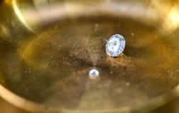 Λαμπρό διαμάντι σε ένα ειδικό πιάτο στοκ εικόνα