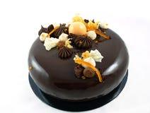 Λαμπρό κέικ σοκολάτας με τα πορτοκάλια, τη σοκολάτα ganache και την κτυπημ στοκ φωτογραφία με δικαίωμα ελεύθερης χρήσης