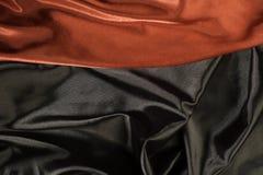 Λαμπρό μαύρο και κόκκινο ύφασμα σατέν Στοκ Φωτογραφία