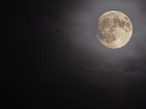 Λαμπρό νεφελώδες υπόβαθρο πανσελήνων Στοκ Φωτογραφία