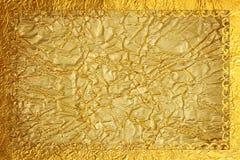 Λαμπρό χρυσό πλαίσιο με ένα σχέδιο στο σκοτεινό χρυσό υπόβαθρο φύλλων αλουμινίου Στοκ Φωτογραφία